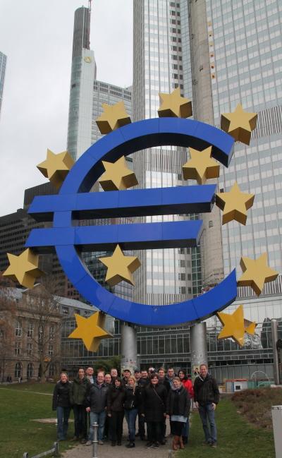(Foto: Jakobs) Die WLL-Gruppe schaut sich das Frankfurter Bankenviertel an!