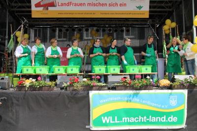 (Foto: WLL) Startklar - links das Team der LandFrauen vom WLLV und links das Thema der WLL