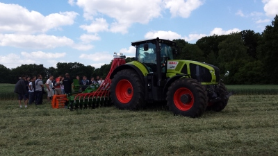 (Foto: Weber) Auch die Landmaschinen werden begutachtet.