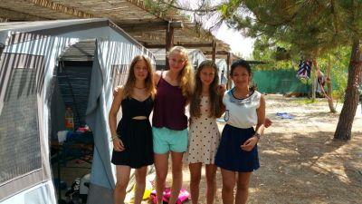 (Foto: Kettner) Es geht los zum Tauchen (v. l. Svea, Luisa, Lilofee und Noura)