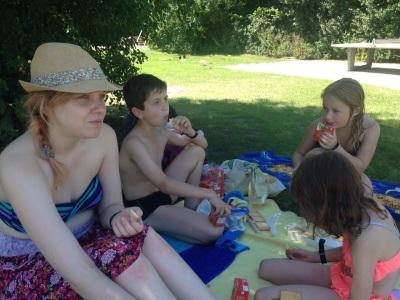 (Foto: Bußmann) Picknick im Schwimmbad