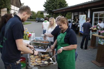 (Foto: WLL) Eingelöst: Jugendliche ohne Grenzen NRW (JoG), WLL und WLLV beim gemeinsamen Kartoffelpufferessen