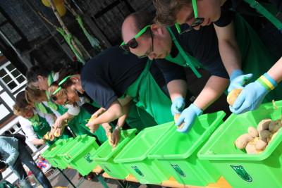 (Foto: WLL) In Aktion: Landjugend gegen die LandFrauen beim Wettschälen in Soest am 09.05.2015.