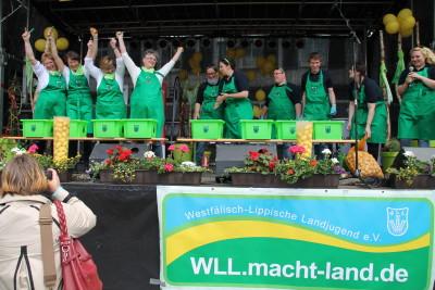 (Foto: WLL) Geschafft – Der Ursprung der gemeinsamen Veranstaltung: Die LandFrauen jubeln (v.l.n.r. Bärbel Balke (Beisitzerin WLLV), Regina Selhorst (Präsidentin des WLLV), Petra Bentkämper (1. Vizepräsidentin), Brigitte Scherb (Präsidentin des Deutschen LandFrauenverbandes e.V. (dlv)), Vanessa Weber (Regiovertreterin der WLL), Nina Sehnke (Ringdelegierte der WLL), Sebastian Jakobs (Vorsitzender der WLL), Michael Stieneker (Beisitzer der WLL), Kirsten Ewers (Regiovertreterin der WLL), Isabell-Marie Cyrener (Vorsitzende der WLL)