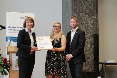(Foto: WLL) Übergabe der Urkunde: Barbara Wortmann MdB, Isabell-Marie Cyrener (Vorsitzende WLL) und Tobias Schröder (Stellv. Vorsitzender NLJ)