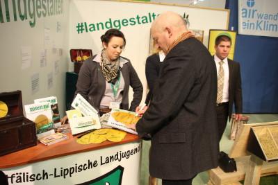 Wilhelm Brüggemeier (Vizepräsident Westfälisch-Lippischer Landwirtschaftsverband (WLV) mit Isabell Cyrener (Vorsitzende der WLL) und Nina Sehnke (Vorsitzende des Ringes der Landjugend in Westfalen-Lippe und WLL-Ringdelegierte (links))