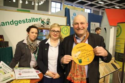 Wilhelm Brüggemeier (Vizepräsident Westfälisch-Lippischer Landwirtschaftsverband (WLV) mit Isabell Cyrener (Vorsitzende der WLL) und Nina Sehnke (Vorsitzende des Ringes der Landjugend in Westfalen-Lippe (links))