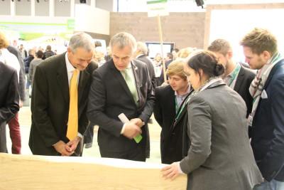(Foto: WLL) NRW-Minister Remmel probiert sich am Feldfrüchte-Quiz