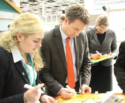 (Foto: WLL) MdL NRW Christina Schulze Föcking CDU und MdL NRW Matthias Kerkhoff CDU besuchen die Landjugend auf der IGW.