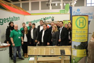 (Foto: WLL) JU Bundeskommission Landwirtschaft lassen sich vom WLL-Vorsitzenden Sebastian Jakobs den Landjugendstand erklären
