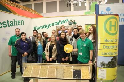 (Foto: WLL) Die Gruppe der Hochschule Anhalt auf dem IGW-Stand der Landjugend