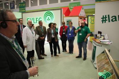 (Foto: WLL) Sebastian Jakobs, Vorsitzender der WLL,  erklärt den anderen Initiativen den Landjugendstand auf der IGW