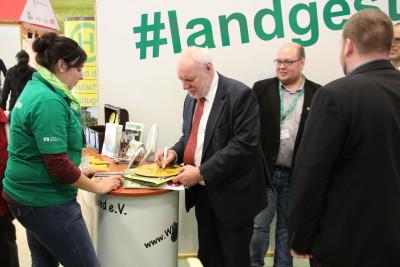 (Foto: WLL) Dr. Helge Wendenburg (Bundesministeriums für Umwelt, Naturschutz, Bau und Reaktorsicherheit Abteilung Wasserwirtschaft, Ressourcenschutz) füllt einen Wertetaler für den ländlichen Raum aus.