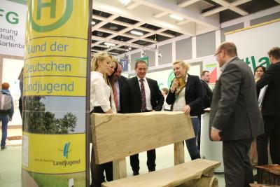 (Foto: WLL) Dr. Hannes Kopf (Staatssekretär im Ministerium der Justiz und für Verbraucherschutz Rheinland-Pfalz) besucht die Landjugend auf der Grünen Woche in Berlin
