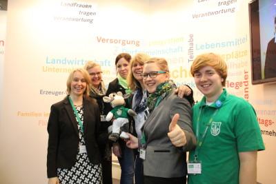 (Foto: WLL) Kuh Wilma (WLL-Agrar-Kolumnistin; Mitte), Julia Müller (Stellv. BDL-Bundesvorsitzende; 2. v.r.) und Jonas Filgers (Vorsitzender der LJ Stiepel (Bochum); rechts) und Nina Sehnke (WLL-Ringdelegierte; hinten Mitte) zu Gast bei den LandFrauen