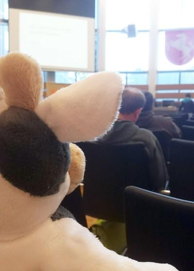 (Foto: WLL) Wilma lernt beim Fachtag Rassismus einiges über Menschen