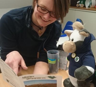 (Foto: WLL) Lässt sich bei einem Besuch von Wilma die aktuelle Agrar-Arbeit der WLL erklären - Die damalige WLL-Agrarreferentin Christine Lange.