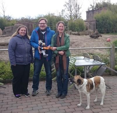 (Foto: WLL) Haben viel über Artenschutz gelernt, Nina, Dennis und Wilma von der WLL mit Daniela Schrudde von der Stiftung Artenschutz im Zoo Münster.