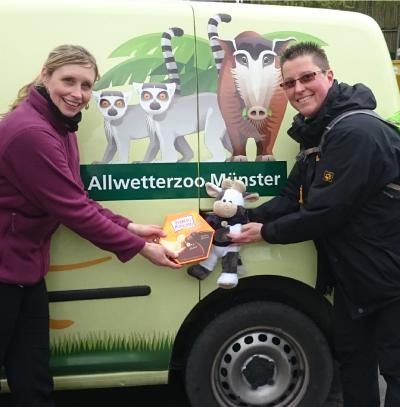 (Foto: WLL) Nach der informativen Führung hinter den Kulissen des Allwetterzoos Münster mit Dr. Simone Schehka gab es von Katja und Wilma noch was süßes für die Menschen