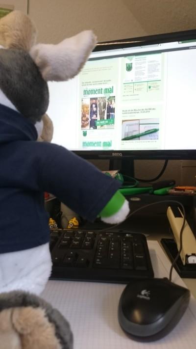 """(Foto: WLL) Wilma unterstützt BuJuRef Dennis in der Geschäftsstelle bei Einstellung der digitalen """"moment mal"""""""
