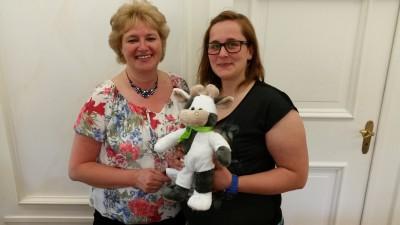 """(Foto: WLL) Bärbel Balke (links) wird Wilma den WLLV zeigen. Vanessa Weber (rechts) hat Wilma schon """"optisch"""" für die LandFrauen vorbereitet."""