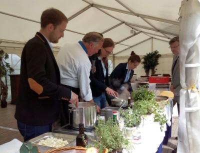Der Vorstand der RLJ kümmerte sich persönich um die Zubereitung eines kleinen 3-Gang Menüs - Foto Weber