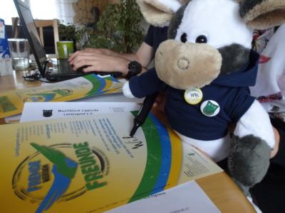 """(Foto: WLL) Wilma unterzeichnet beim Referat Jugendpolitik das bundesweite Erkenntnis der Landjugend """"Fremde werden Freunde"""""""
