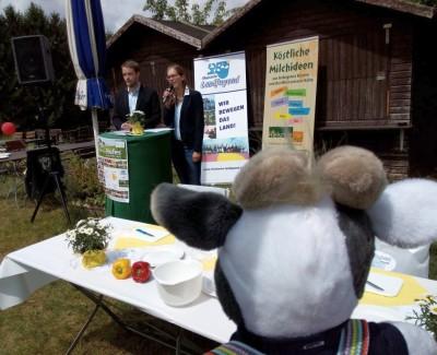 Wiebke und Sebastian von der RLJ eröffnen den Tag des offenen Hofes - Foto Weber