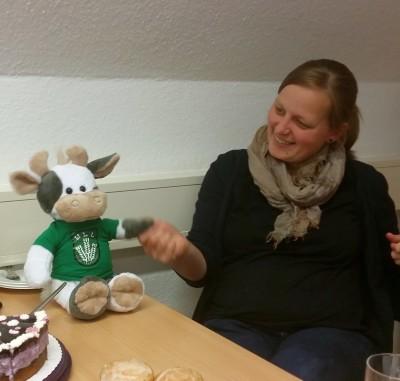 (Foto: WLL) Wilma verabschiedet Anna (Geschäftsführerin Ring der Landjugend Westfalen-Lippe)