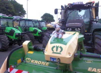 Wilma schaut sich die Landmaschinen an Foto-Michael