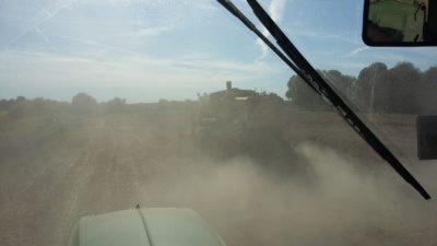 (Foto: Schmidt) Bei Hitze und Sonnenschein - Die Wagen werden langsam voll und die Sicht wird schlechter.