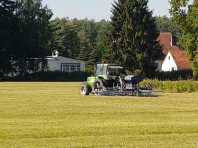 (Foto: M. Bohle) Unsere Tiere benötigen gutes Futter Aber eine Grasnarbe wird mit der Zeit lückig und bietet den Unkräutern Platz. Vorbeugend striegeln wir die Wiese und säen gleichzeitig neue Grassamen aus.