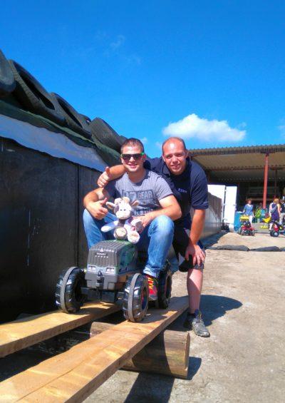 Julius und Björn erproben mit Wilma den Treckerparcours Foto-Schmidt