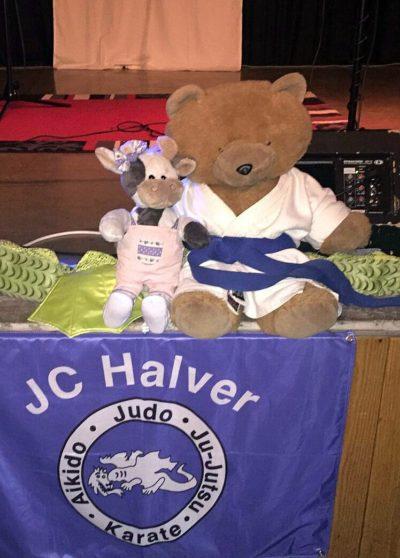 (Foto: LJ Halver) Wilma mit dem Maskottchen vom Judoclub Halver