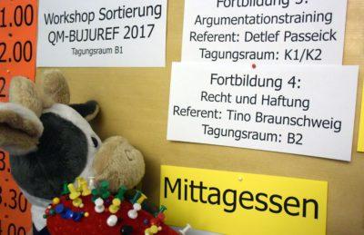 (Foto: Gräschke) Wilma prüft ganz genau, was auf der Bildungswoche in Berlin so alles auf dem Programm steht