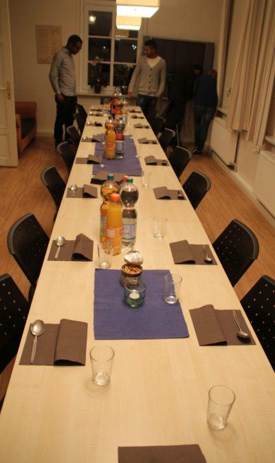 (Foto: WLL/Welpelo) Gemeinsames wird das Haus bezogen. Die Tafel ist fertig für das gemeinsame Abendessen.