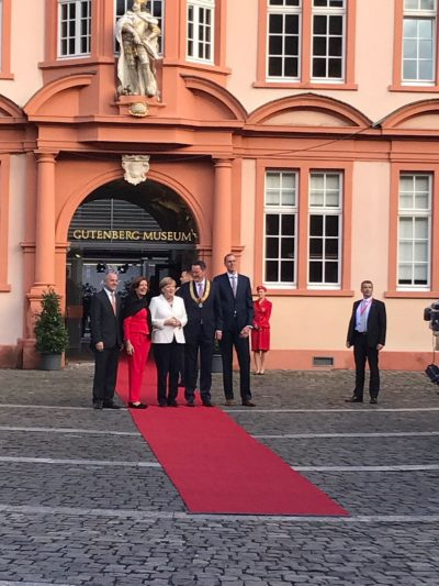 (Foto: WLL/Weber) Begrüßung der Verfassungsorgane vor dem Gutenbergmuseum