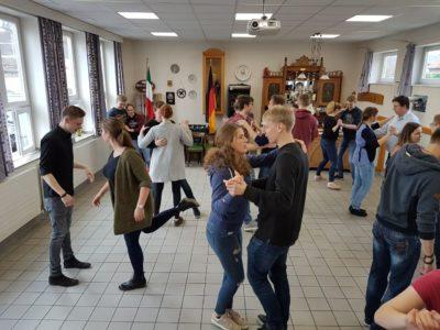 (Foto: WLL/Maletz) Die Paare kommen beim Tanzkurs ordentlich in Bewegung