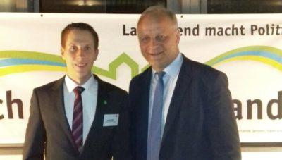 (Foto: Weber/WLL) Heimspiel: Andreas Weber (links) von der WLL trifft u.a. auf MdB Johannes Röring (rechts), der den ländlichen Raum in Westfalen-Lippe u.a. auch als Präsidenten des Westfälisch-Lippischen Landwirtschaftsverbandes e.V. (WLV) sehr gut kennt.