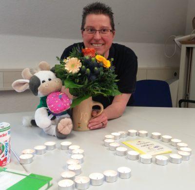 (Foto: Engberding/WLL) Katja Reinl bekommt von WLL-Wilma den obligatorischen Strauß Blumen.