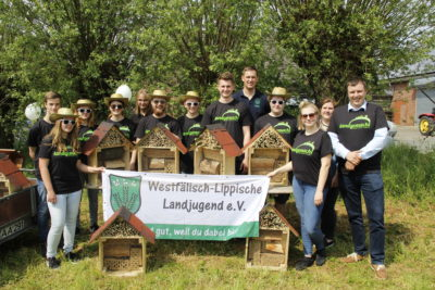 (Foto: WLL/Welpelo) Die Landjugend Norddinker präsentierte ihre Nisthilfen-Aktion