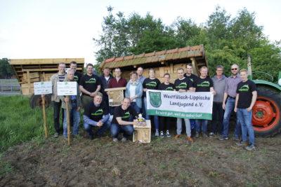 (Foto: WLL/Hoffmann) Die Landjugend Brockhagen-Kölkebeck präsentierte ihre Nisthilfen-Aktion